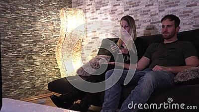 junges Amateurpärchen fickt auf der Couch