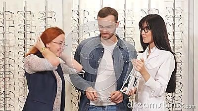 Junge positive Ehepaare kaufen Gläser zum Verkauf, Rabatt stock footage