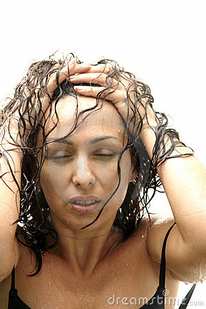 Junge reizvolle Frau, die im Regen aufwirft