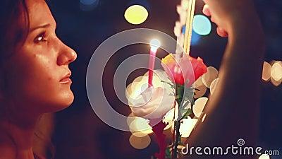 Junge Schönheit brennt die Kerze in einem Karneval, um Loy Krathong Festival zu feiern stock video