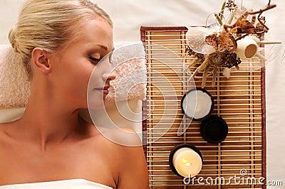 Junge schöne Frauenerholung im Badekurortsalon