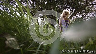 Junge sinnliche Frau mit lockig blonden Haaren stock video footage