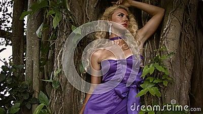 Junge sinnliche Frau mit lockig blonden Haaren stock footage