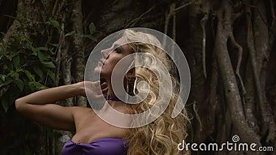 Junge sinnliche Frau mit lockig blonden Haaren stock video