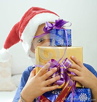 Junge und Geschenke