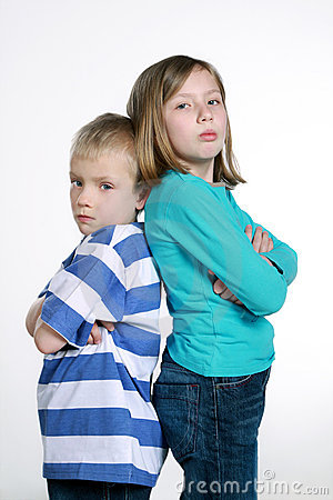 Junge und Mädchen nach Streit