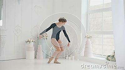 Junge und schöne Ballerinen bereiten vor sich, Energie- zu tanzen, aber elegant auf ihren Ballettschuhen Pointe und im Schwarzen stock footage