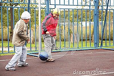 Jungen, die Fußball spielen