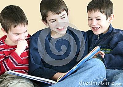 Jungen, die zusammen lesen