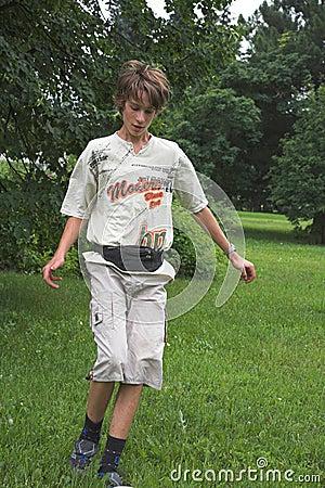 Jungenspiel mit runder Samenkapsel