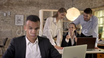 Junger afroer-amerikanisch Geschäftsmann hört, wie seine Kollegen auf Hintergrund über ihn klatschen, das Rassismuskonzept und bu stock video
