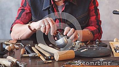 Junger ehrgeiziger Handwerker, der ein Juwel im Ohrring repariert stock video