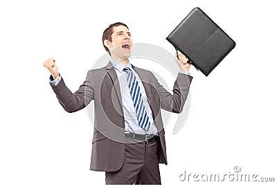 Junger Geschäftsmann mit Aktenkoffer Aufregung mit Erhöhung gestikulierend