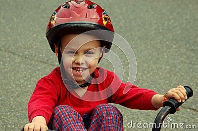Junger Junge auf einem Fahrrad