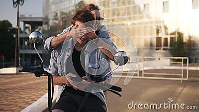 Junger kaukasischer Mann sitzt auf Fahrrad und verzeichnet seinen Handy in einer Liste Die attraktive Freundin, die von der Rücks stock video footage
