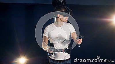 Junger Mann benutzt ein Gerät der virtuellen Realität und beweglichen Hände Kopfhörer der virtuellen Realität, der Spiel 360 spie stock video footage