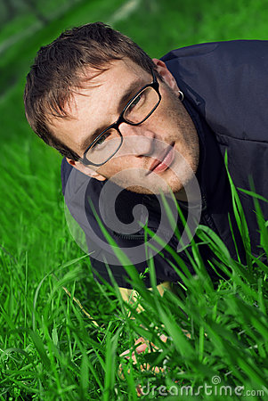 Junger Mann in den Gläsern