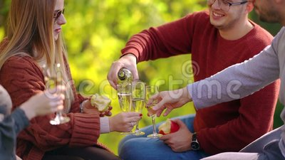 Junger Mann, der Champagner für seine Freunde gießt stock footage