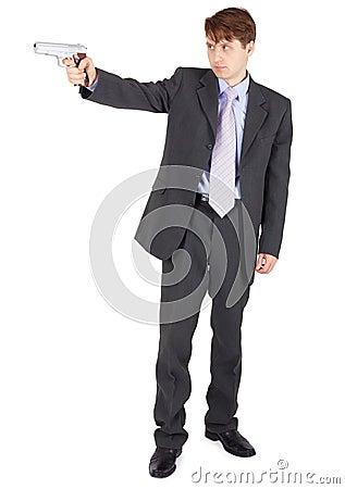 Junger Mann, der eine Feuerwaffe auf weißem Hintergrund zielt
