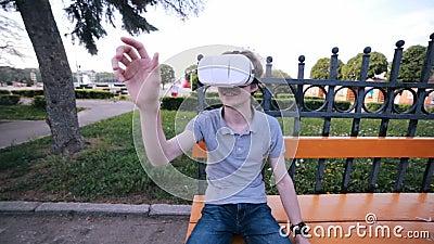 Junger Mann, der eine 360-Grad-Videovirtuelle realität unter Verwendung VR-Gläser aufpasst