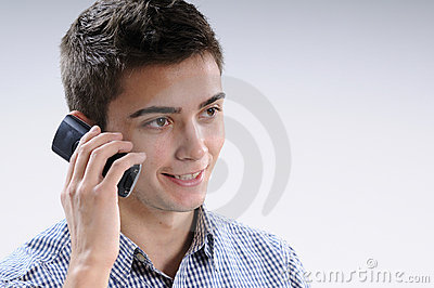 Junger Mann, der Mobile verwendet