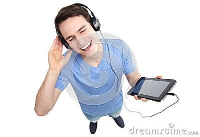 Junger Mann, der Musik genießt