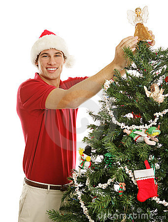 Junger Mann, der Weihnachtsbaum verziert