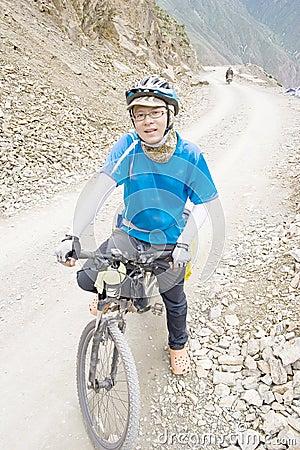 Junger Mann reitet Fahrrad