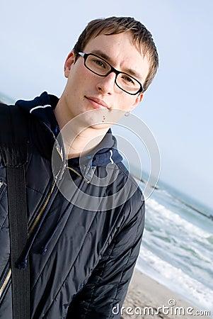 Junger stattlicher Mann in den Gläsern