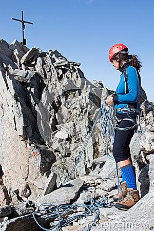 Junger weiblicher Bergsteiger