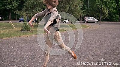 Junges attraktives Mädchen tanzt in Tageszeit, im Sommer und fungiert mit den Händen, Bewegungskonzept stock video footage