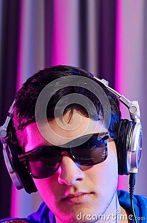 Junges DJ, das Musik spielt