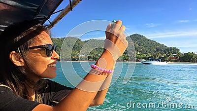 Junges glückliches Mädchen segelt auf ein Boot und macht Fotos am intelligenten Telefon Krabi, Thailand stock video footage