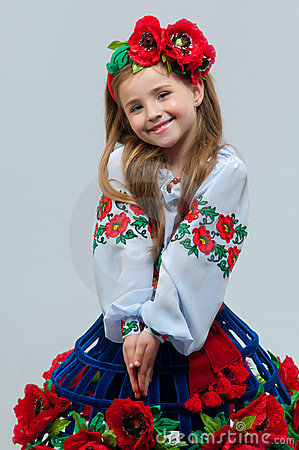 Junges hübsches Mädchen in einem ukrainischen nationalen Kostüm
