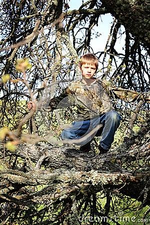 Junges Jungen-Jäger-Verstecken