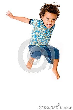 Junges Jungen-Springen