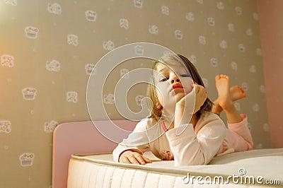 Junges Mädchen auf Bett