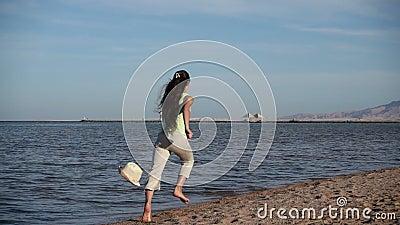 Junges Mädchen, das weg am Strand in Ägypten-Erholungsort, langsames motio läuft stock video footage