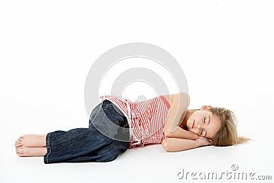 Junges Mädchen, das im Studio schläft