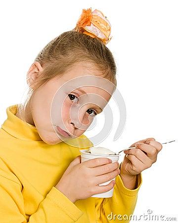Junges Mädchen, das Joghurt isst