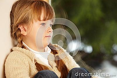 Junges Mädchen, das Snowy-Ansicht betrachtet