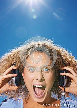 Junges Musik hörendes und schreiendes Mädchen