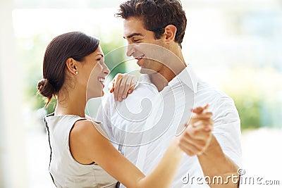 Junges romantisches Paartanzen zusammen - draußen