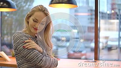Junges schönes Mädchen eingefroren und im Café erhitzt stock video footage