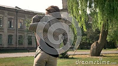Junges schönes Mädchen tanzt in Park in der Tageszeit, im Sommer, das Bewegungskonzept und errichtet auf dem Hintergrund, blured stock video footage