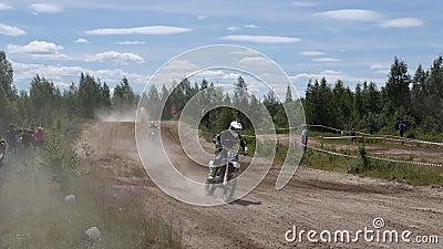 10. Juni 2018 Russische Föderation, Bryansk-Region, Ivot - extremer Sport, Quermotocross Der Motorradfahrer betritt stock video footage