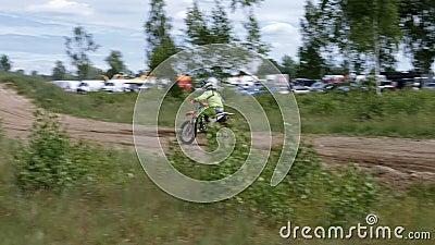 10. Juni 2018 Russische Föderation, Bryansk-Region, Ivot - extremer Sport, Quermotocross Der Motorradfahrer betritt stock footage