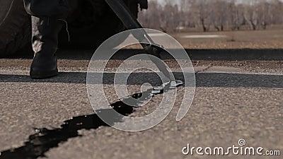 Junta del lacre - grieta en asfalto almacen de video