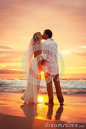 Hawaii Beach Sunset Couple Just Married Couple Ki...