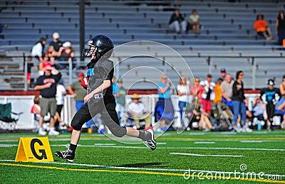 Juventud Footballcrossing americano la línea de meta Imagen editorial
